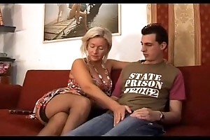 Italian whore fucks teat with son - matriarch italiana troia scopa go over figlio italia